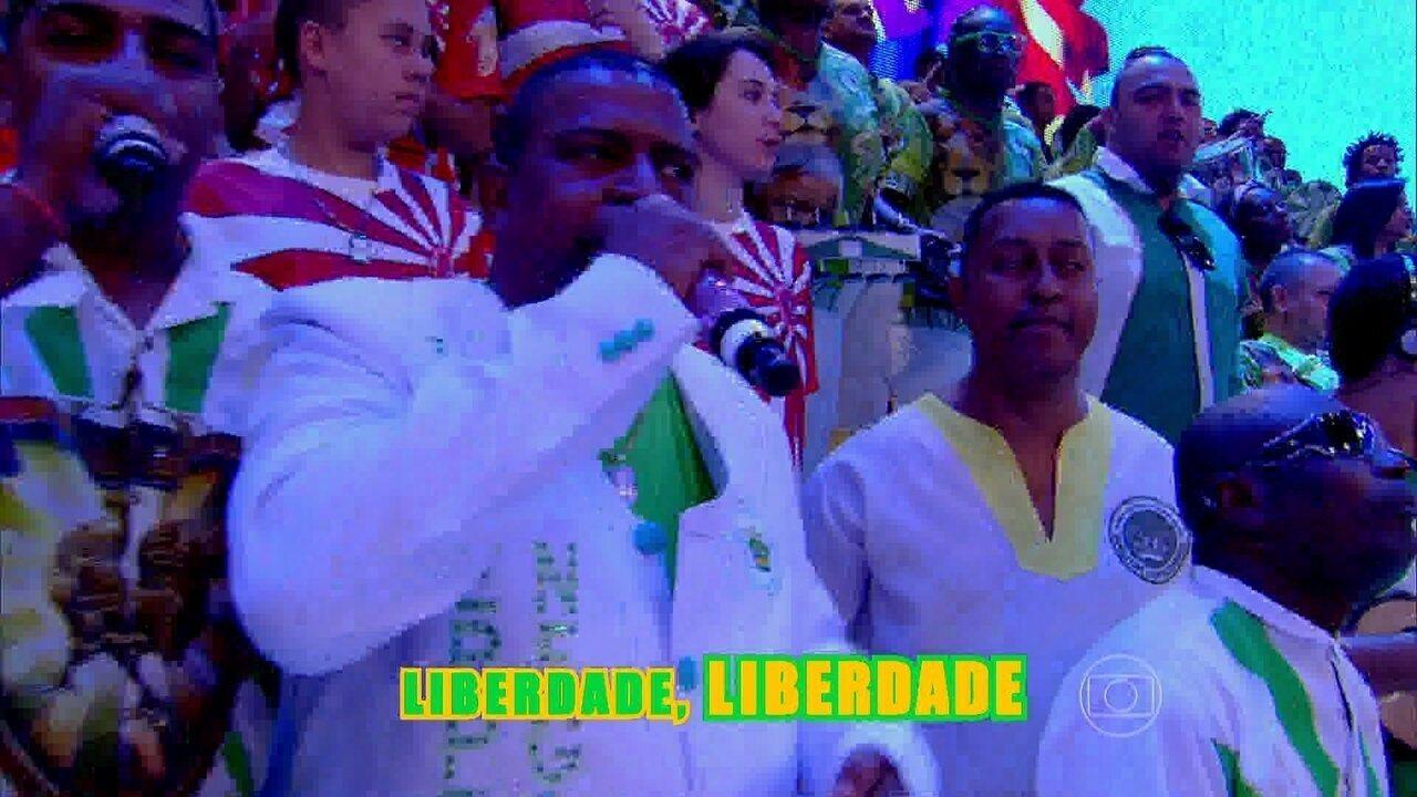 Integrantes da bateria da Imperatriz tocam 'Liberdade, liberdade! Abra as asas sobre nós'