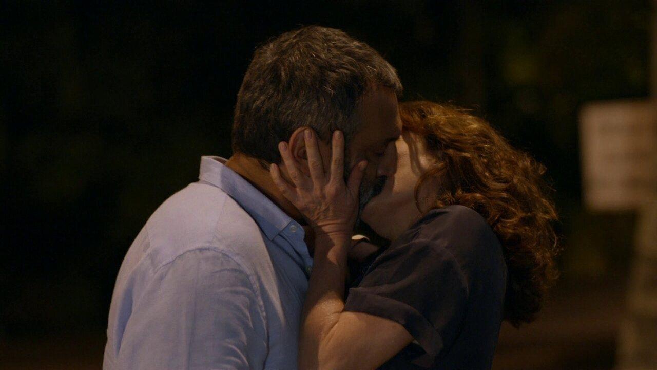Sete Vidas - Capítulo de quinta-feira, 30/04/2015, na íntegra - Lígia e Miguel se beijam
