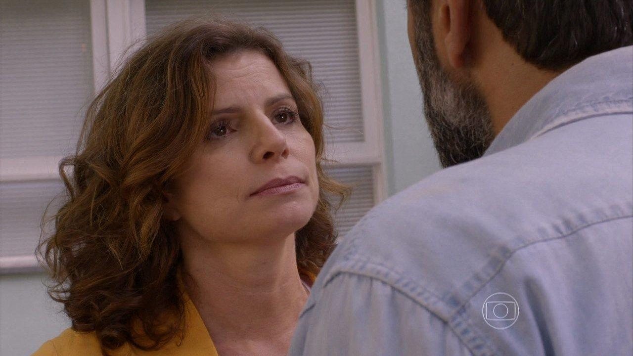 Sete Vidas - Capítulo de segunda-feira, dia 18/05/2015, na íntegra - Lígia conta a Miguel que o viu com Marina