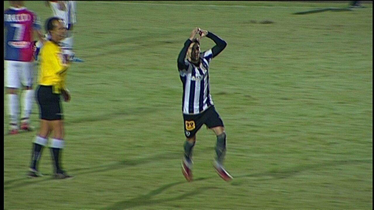 Gol do Botafogo! Pimpão ganha da marcação e chuta de fora da área, aos 48 do 2º tempo