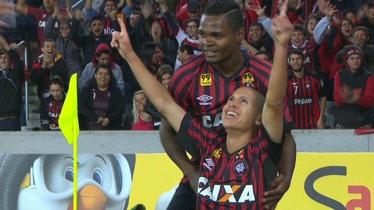 Gol do Atlético-PR! Walter cruza para Marcos Guilherme marcar, aos 13' do 2º Tempo