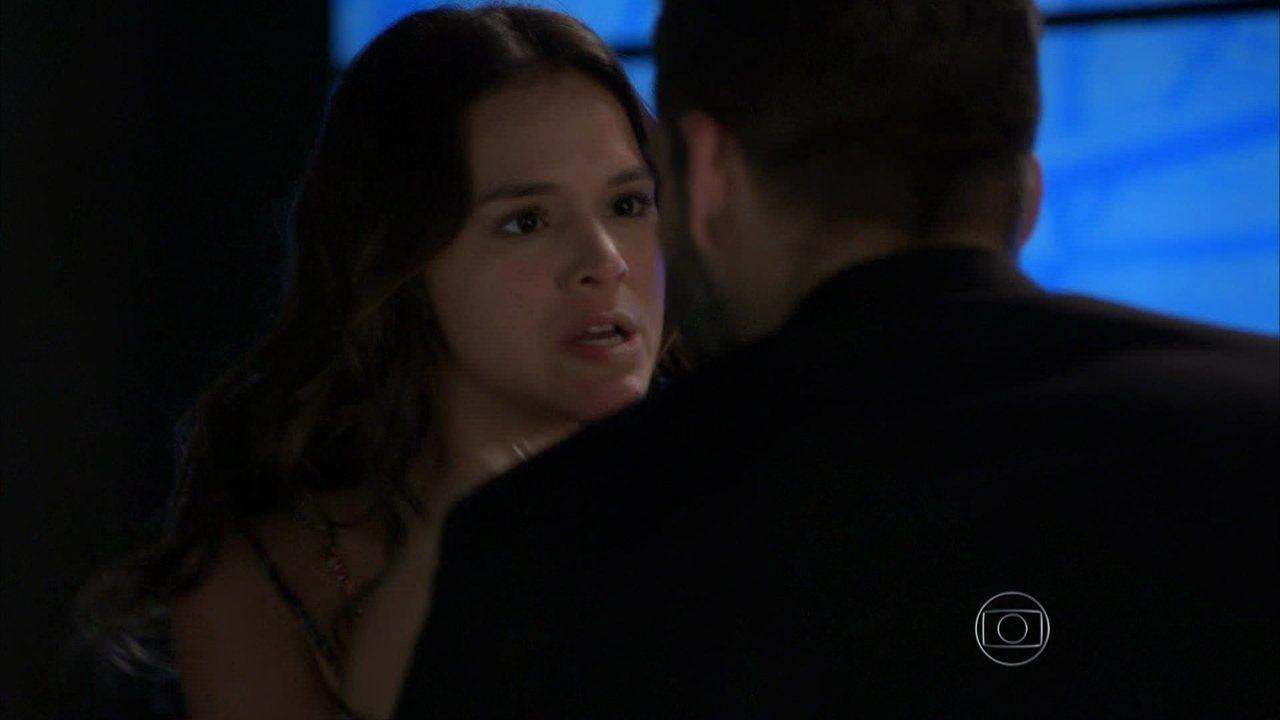 I Love Paraisópolis - capítulo de segunda-feira, dia 27/07/15, na íntegra - Gabo beija Mari, que o repreende