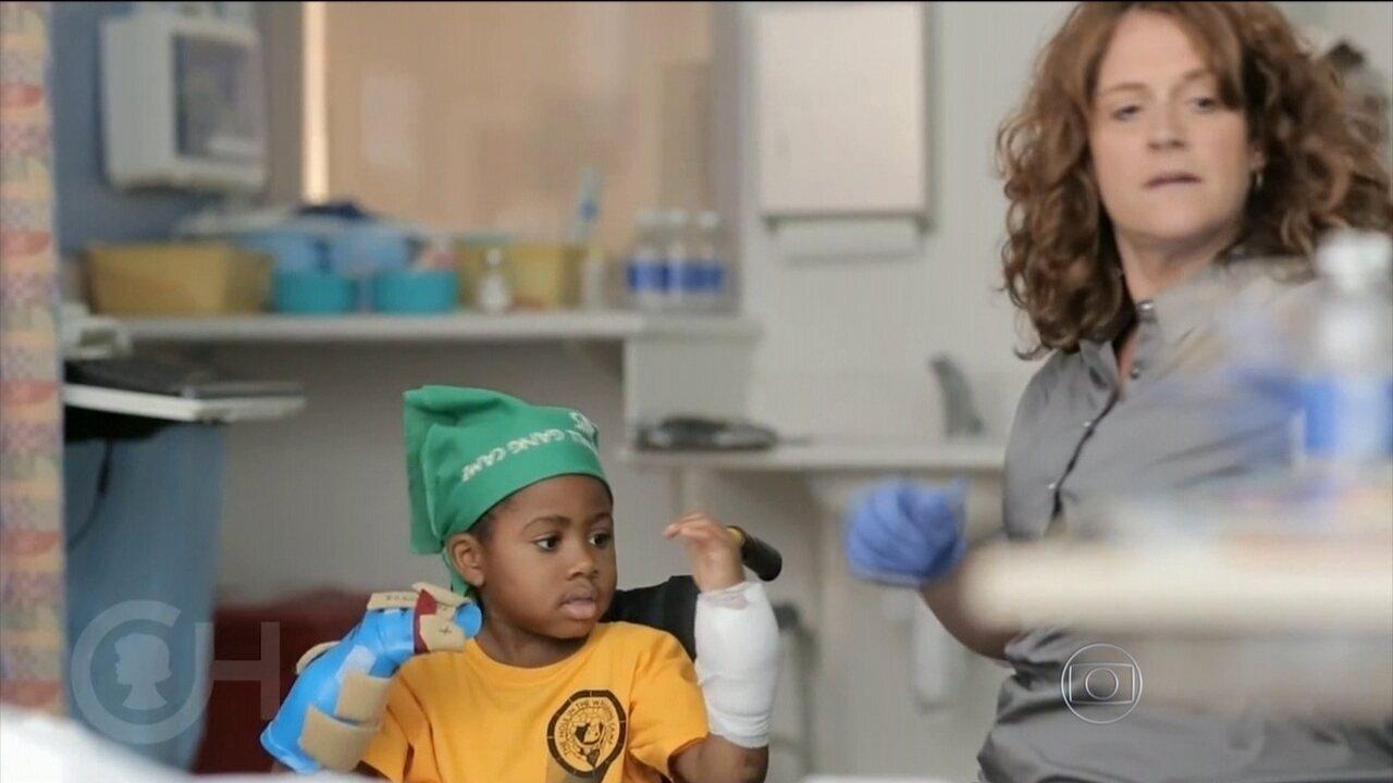 Resultado de imagem para Hospital declara que 1º transplante infantil duplo de mãos foi bem-sucedido nos EUA
