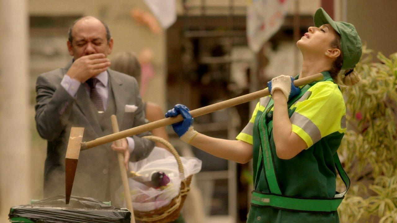I Love Paraisópolis, capítulo de quarta-feira - dia 09/9/2015, na íntegra - Soraya é condenada a prestar serviços como gari. Grego não gosta de descobrir que Dom Peppino está jogando lixo na sua área
