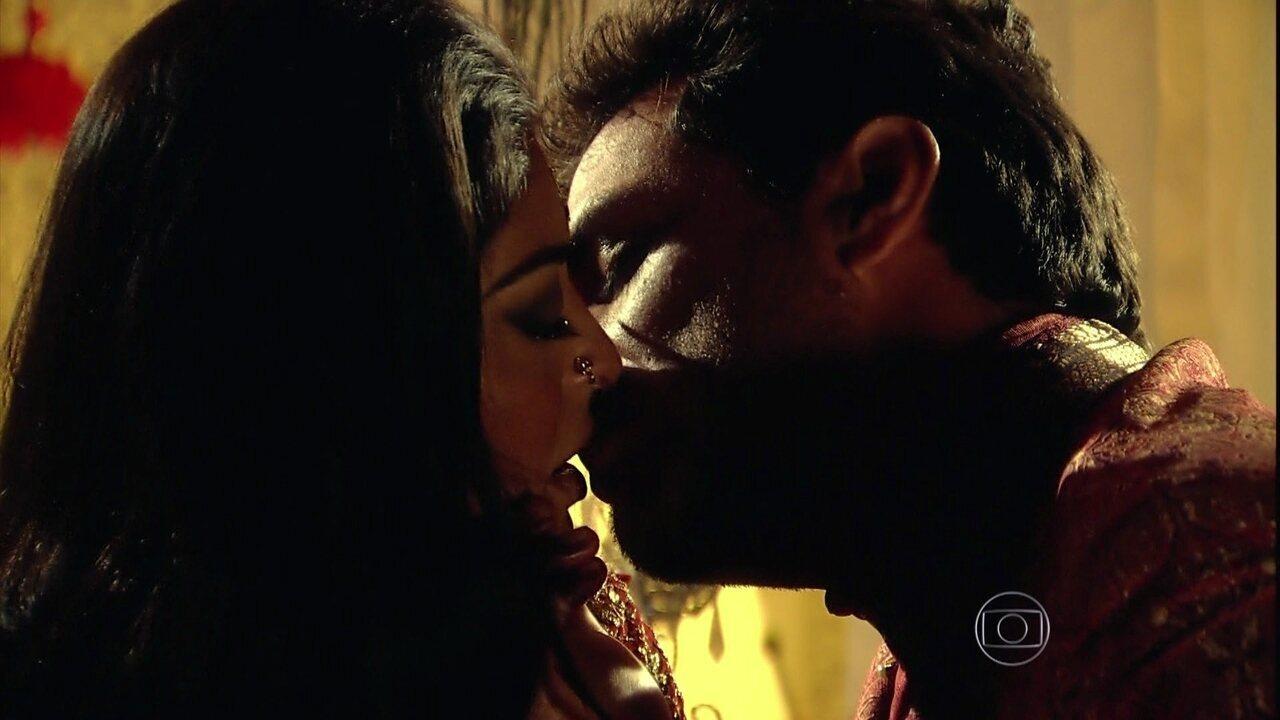 Caminho das Índias - capítulo de quarta-feira, dia 07/10/15, na íntegra - Maya e Raj se beijam