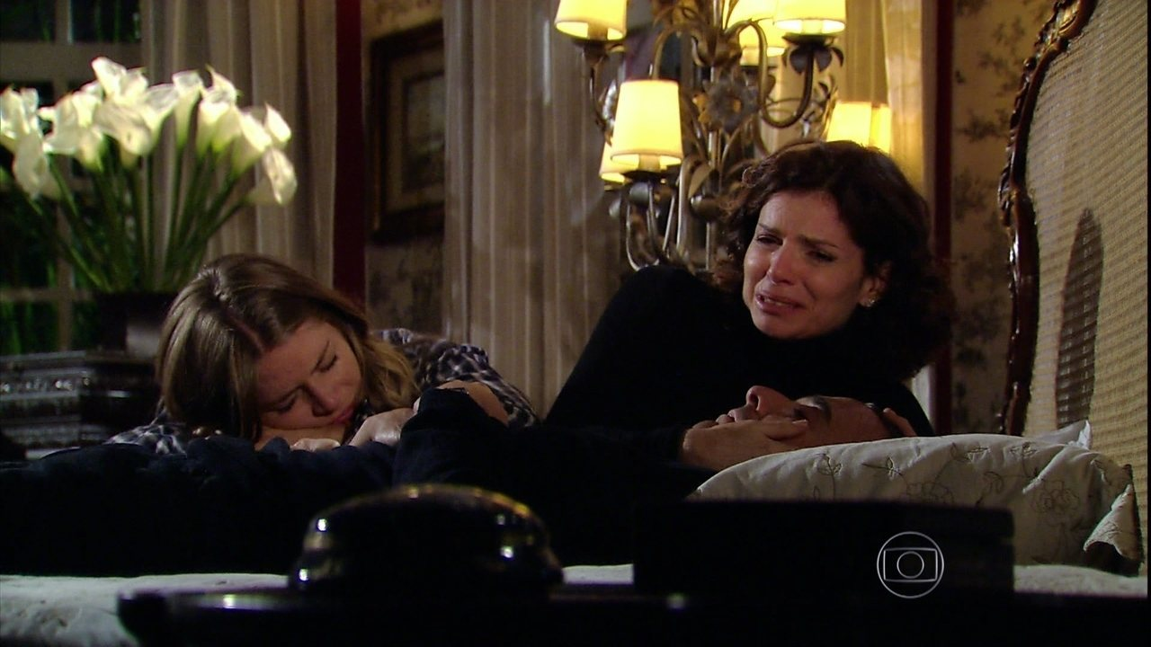 Caminho das Índias - Capítulo de sexta-feira, dia 16/10/2015, na íntegra - Sílvia e Julia lamentam a suposta morte de Raul
