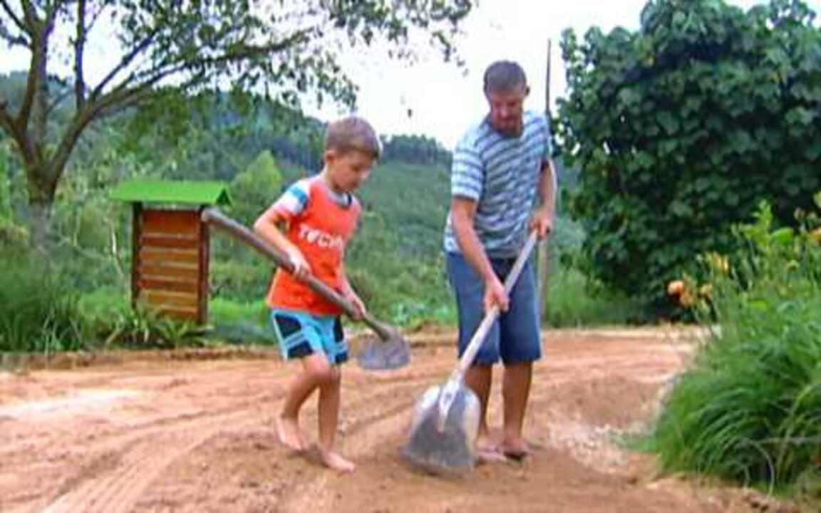Acolhida na Colônia - Muita fazendas apostam no turismo rural para atrair clientes. O grande chamativo é a vida simples das fazendas. Em Santa Rosa de Lima, o turista pode provar o mel direto da colheita antes de comprar.
