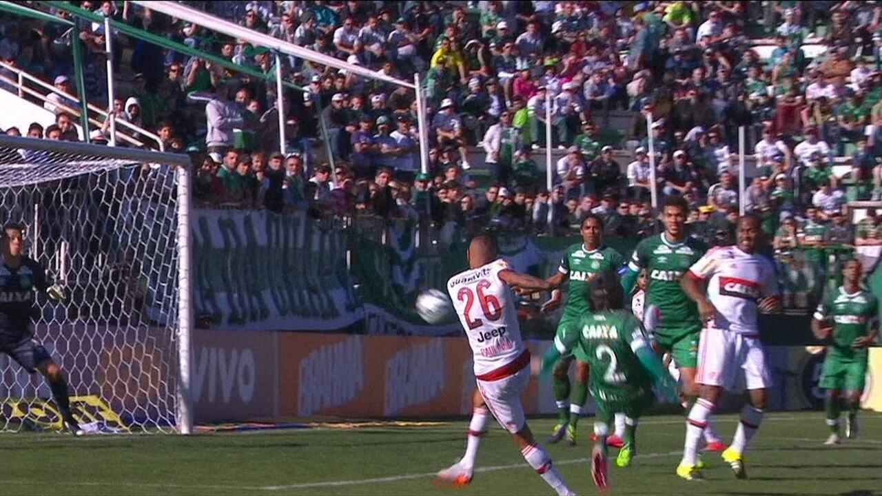 Paulinho, do Flamengo, marca golaço contra Chapecoense