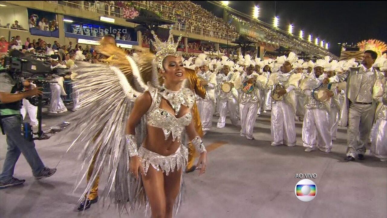 Raphaela Gomes desfila a frente da bateria da São Clemente
