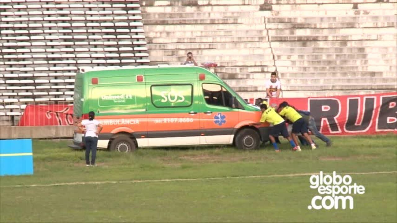 Ambulância atola, e torcida ajuda motorista antes do jogo do Campeonato Piauiense