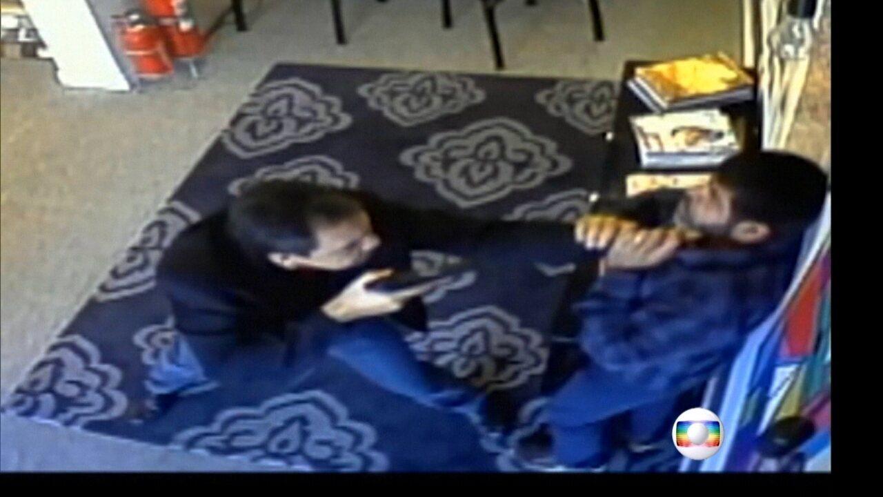 Vídeo mostra investigador da Polícia Civil agredindo comerciante em SP