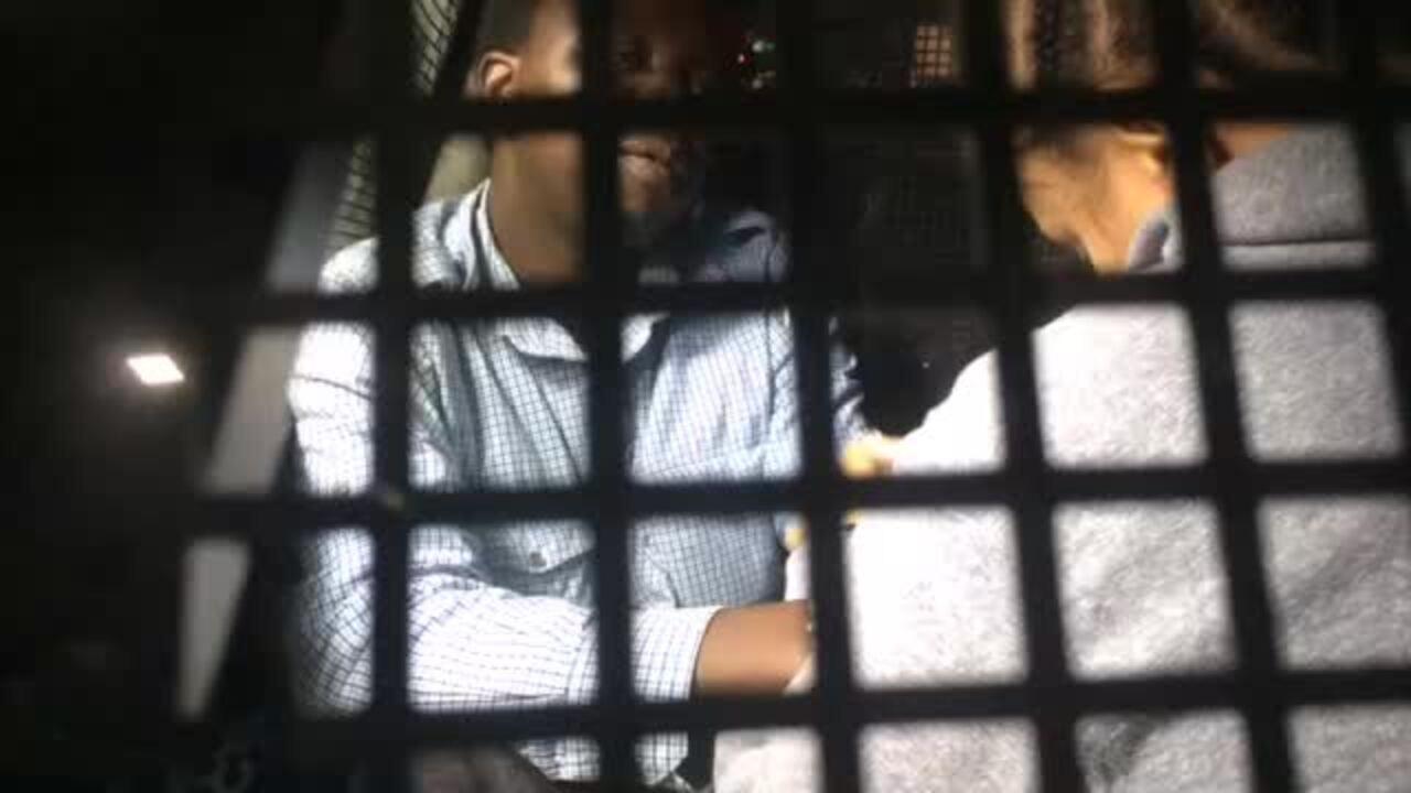 Mãe e padrasto do menino Ezra são colocados em viatura da polícia