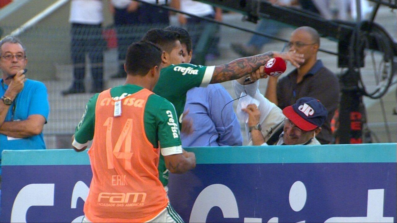 Dudu, do Palmeiras, pega boné de repórter durante a comemoração do gol