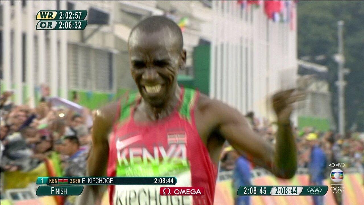Eliud Kipchoge, do Quênia, leva o ouro da Maratona masculina
