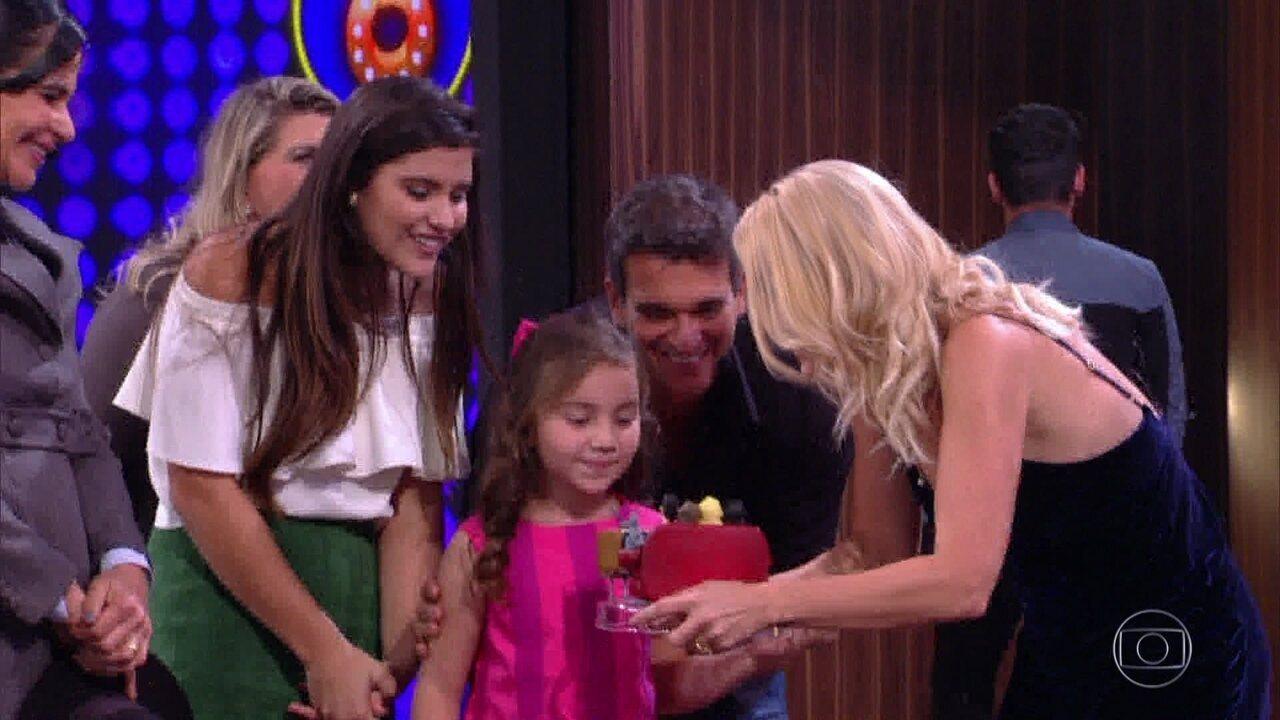 Família de Flávia Alessandra venceu o programa e recebeu surpresa de Otaviano Costa