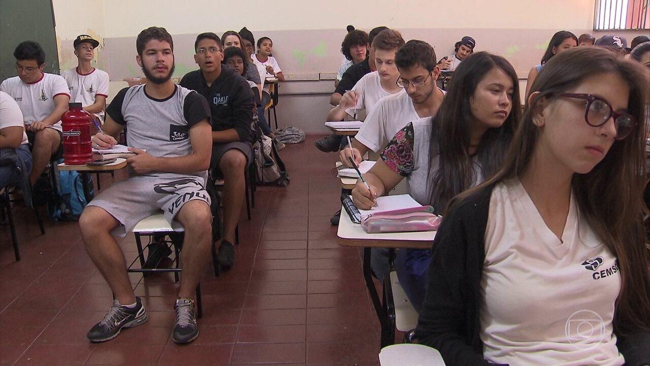 Governo deve anunciar proposta para melhorar notas e reduzir evasão no ensino médio