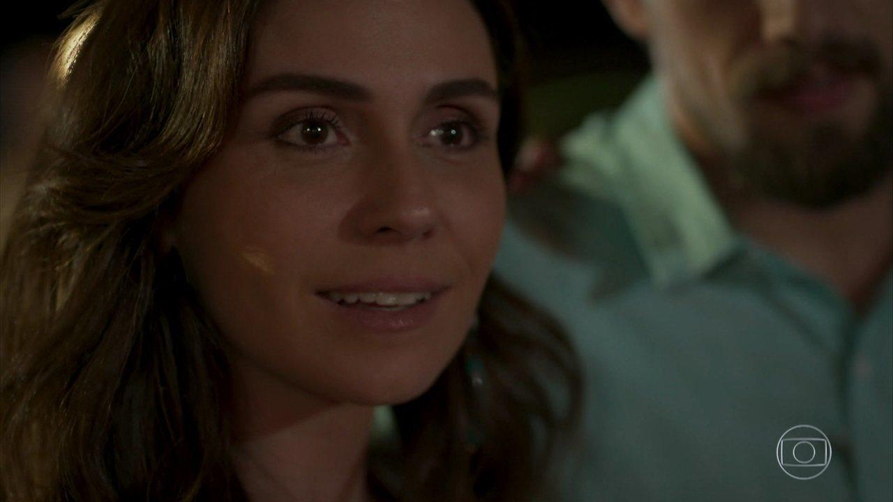 Sol Nascente - capítulo de terça-feira, dia 27/09/16, na íntegra - Alice vê Mario beijar Carolina no luau