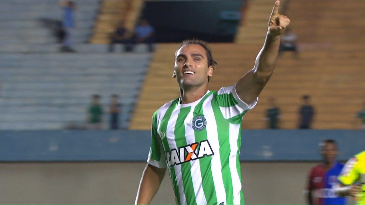 Gol do Goiás! Léo Gamalho abre o placar aos 13 minutos