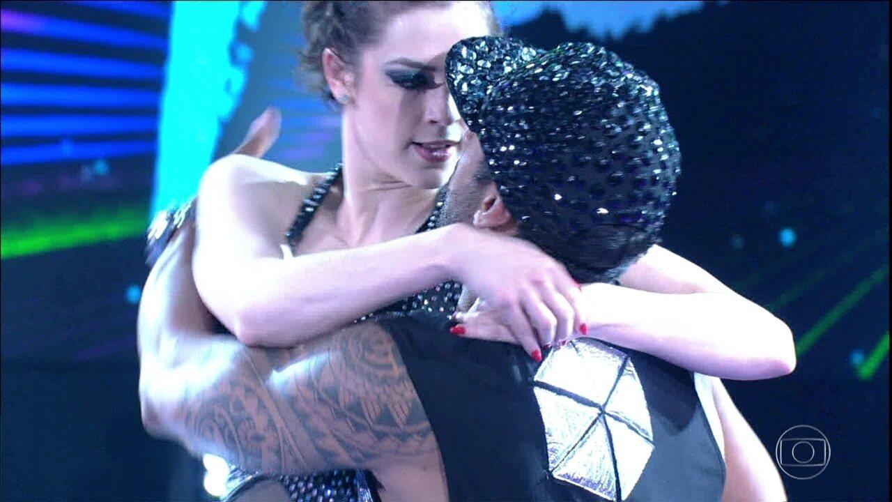 Sophia Abrahão dança funk no palco do 'Domingão'