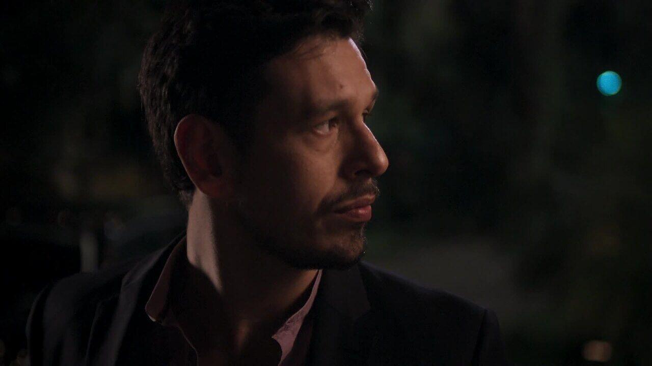 Lázaro é um empresário ambicioso e vingativo em Rock Story