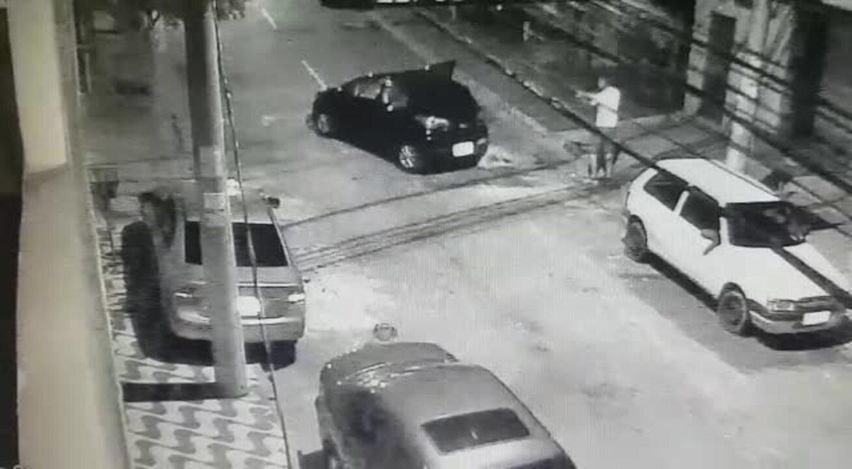 Vídeo de circuito de segurança mostra PM disparando contra assaltante