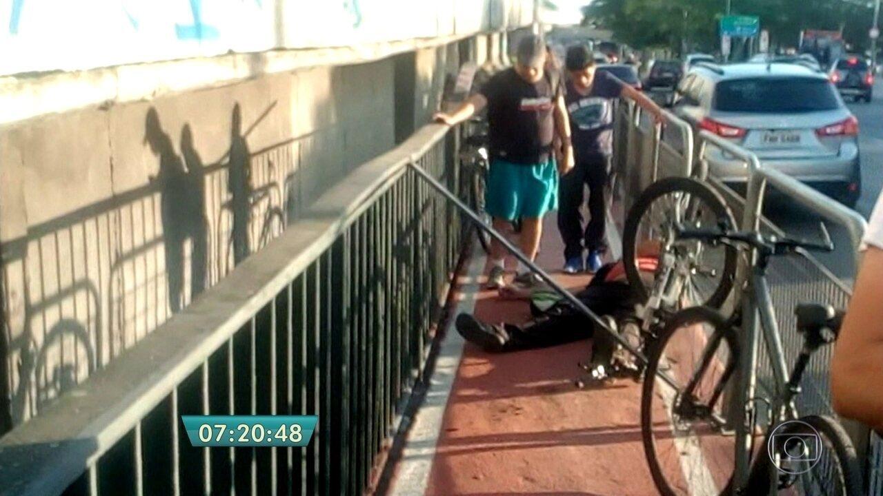 Ciclista bate em barra colocada no meio de ciclovia na Zona Norte da capital