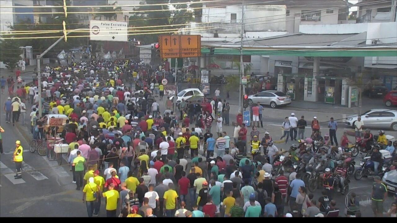 Presidente e vice de associação de PMs são presos e categoria faz passeata nas ruas do Recife