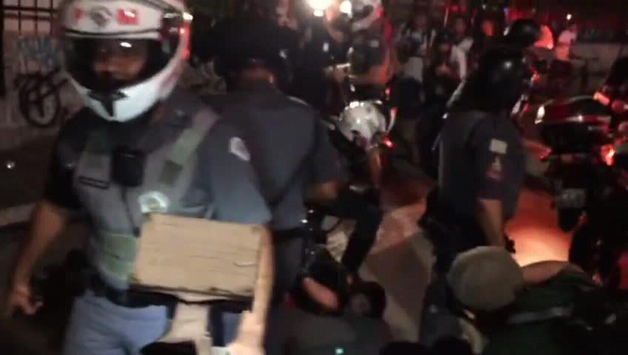 Manifestante é detida pela polícia durante ato contra PEC 55 na Avenida Paulista