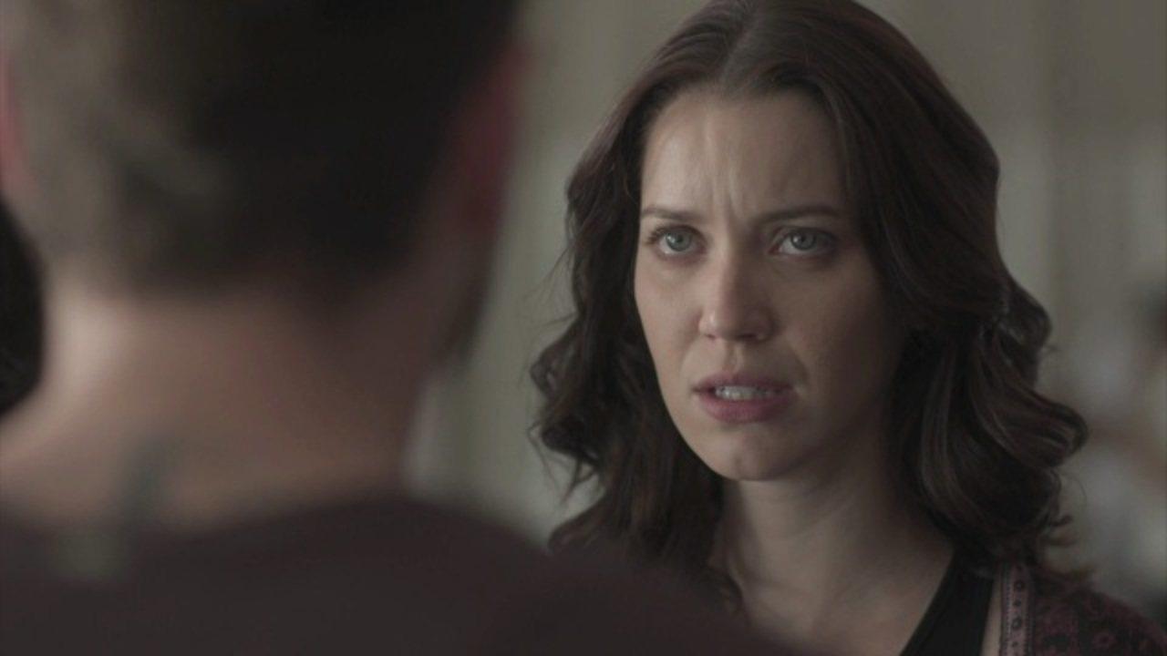 Rock Story - Capítulo de terça-feira, dia 20/12/2016, na íntegra - Júlia toma coragem e enfrenta Alex no salão de Vanda