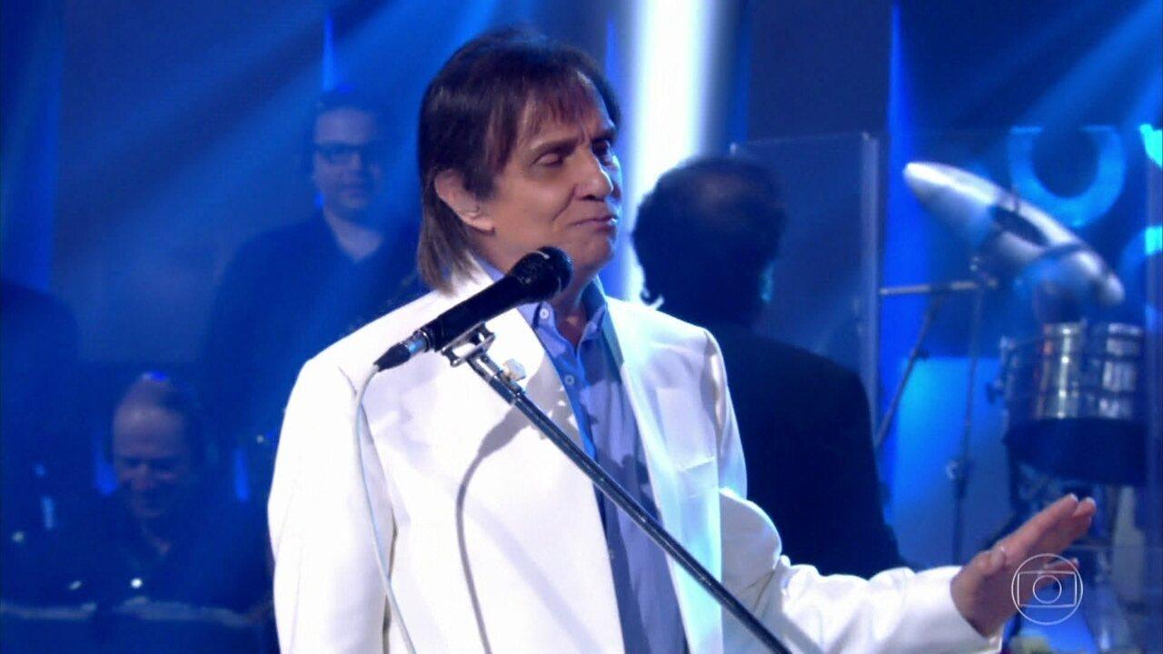Roberto Carlos canta a música 'Quero Que Vá Tudo Pro Inferno'