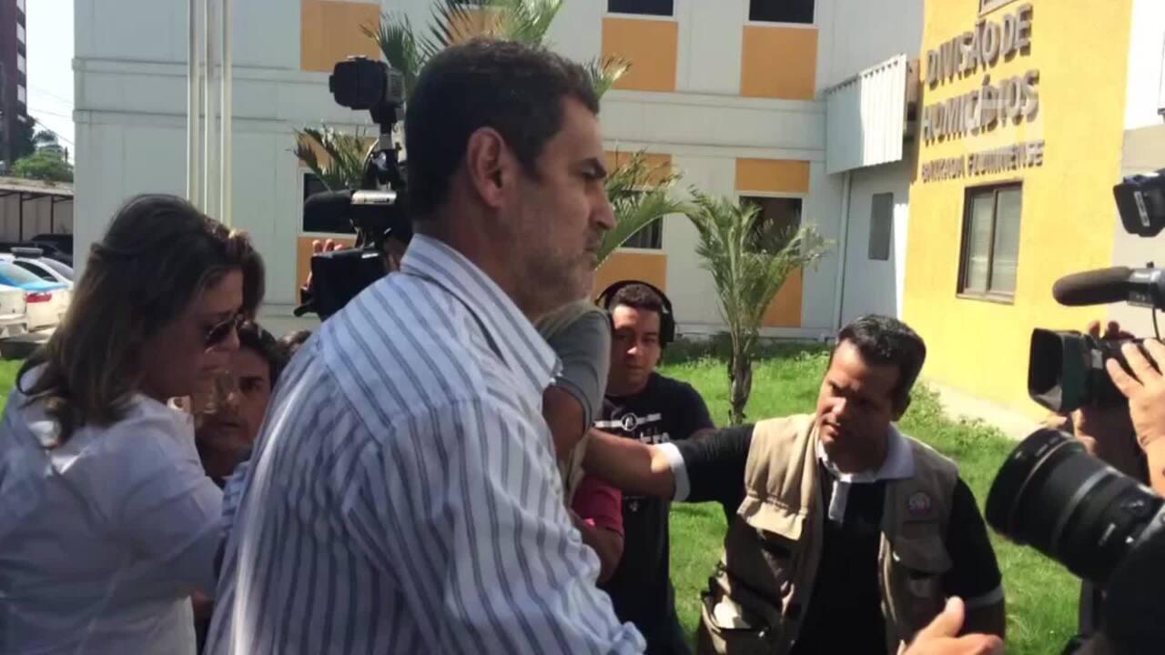 Mulher do embaixador da Grécia no Brasil, Françoise Amiridis, chega à delegacia