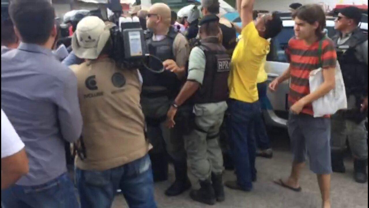 Protesto e confusão marcam dia de aumento de passagem no Recife (Thays Estarque/G1)