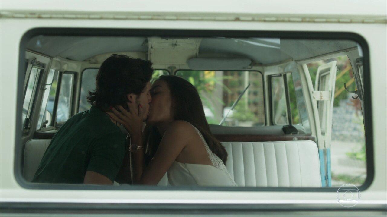 Yasmin beija Zac