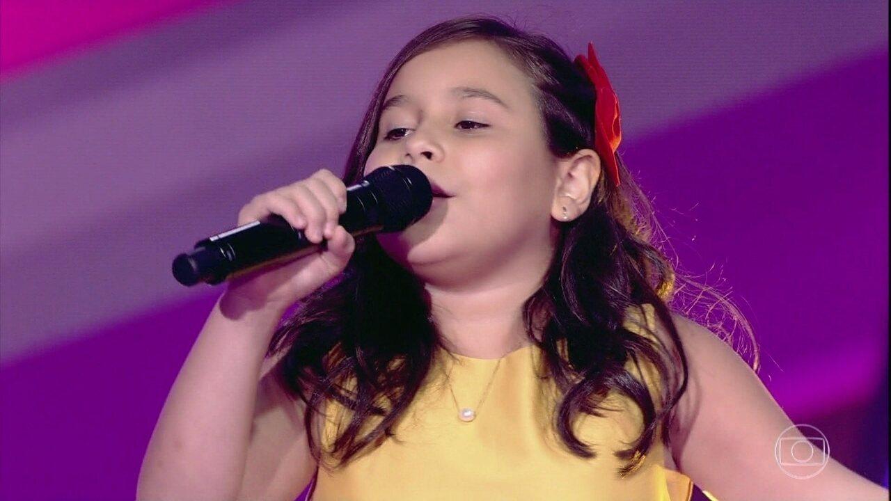 Letícia Santos canta