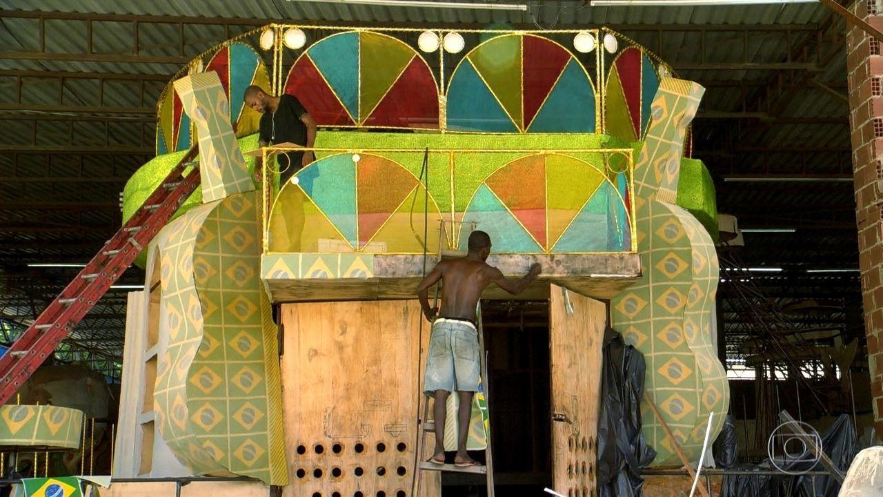 Acadêmicos do Cubango faz mágica para economizar nas fantasias