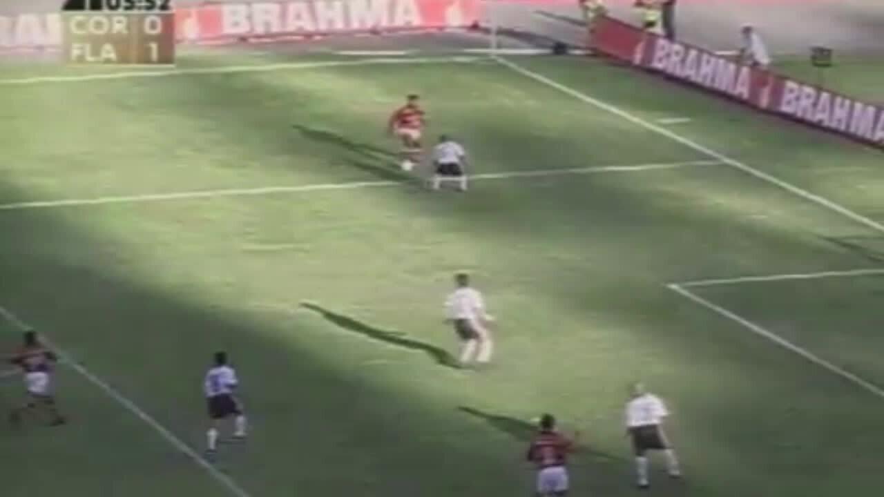 Em 1999, Romário dá elástico em Amaral e faz lindo gol