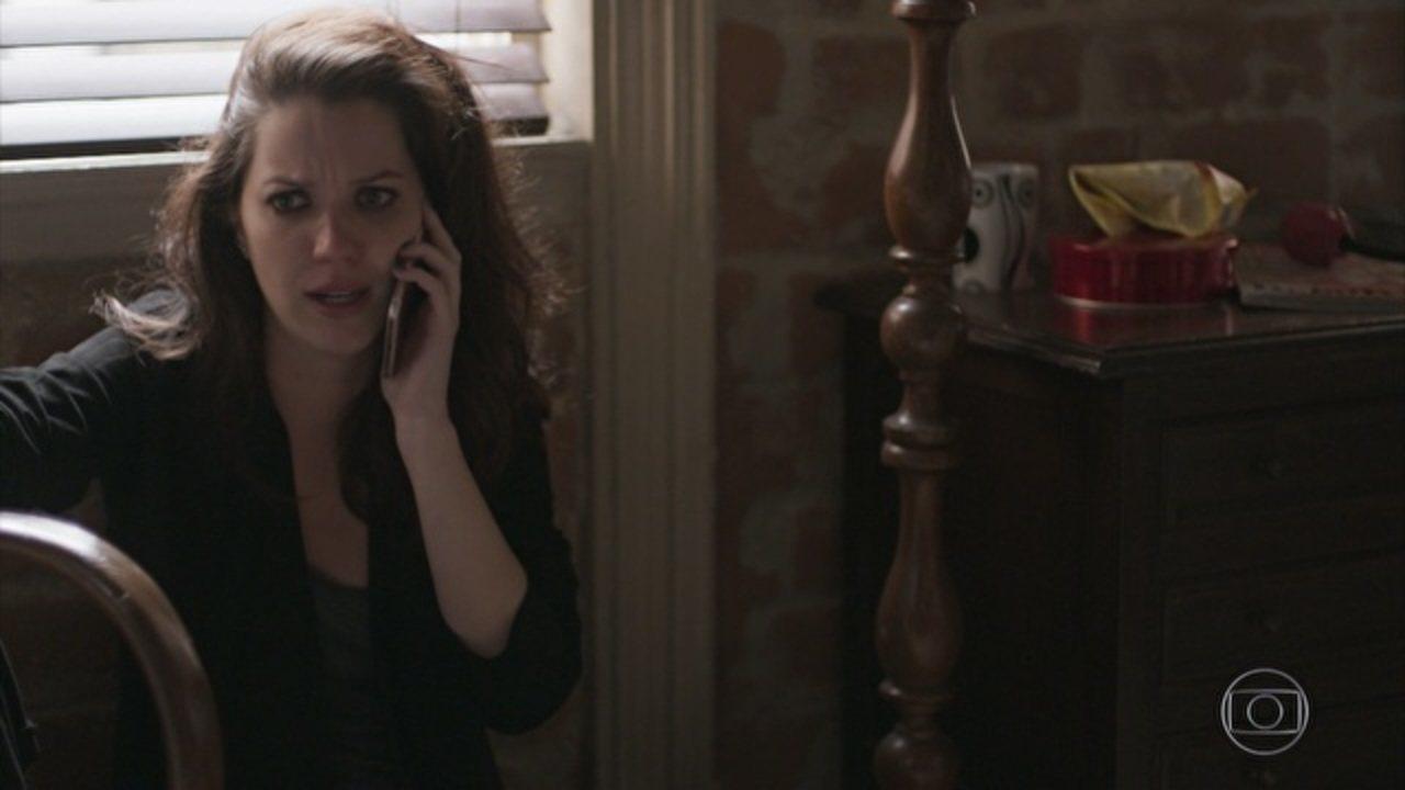 Rock Story - Capítulo de sexta-feira, dia 10/02/2017, na íntegra - Alex é parado numa blitz, mas consegue fugir. Lorena finge surpresa quando Júlia conta da morte de Alex. Léo convence Diana a deixá-lo marcar a data de seu casamento. Júlia vê Alex em um ônibus e, ao correr para encontrá-lo, acaba sendo atropelada