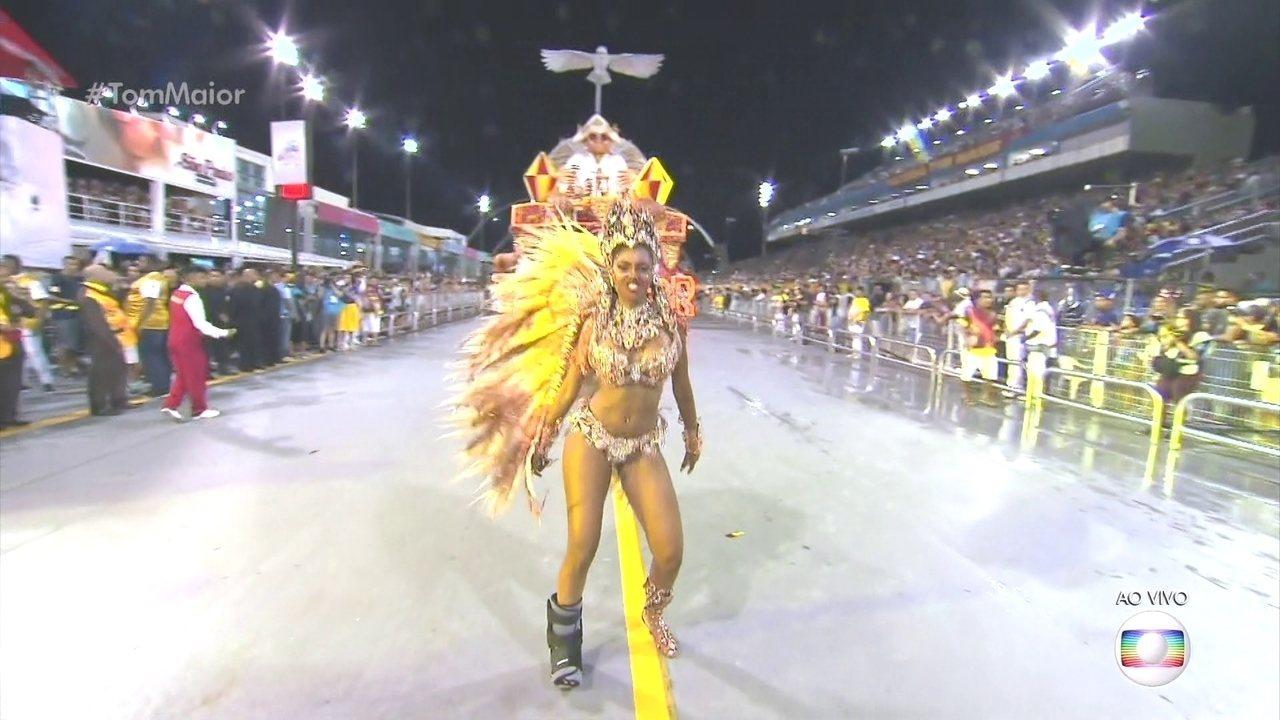 Pâmella Gomes é a rainha de bateria da Tom Maior