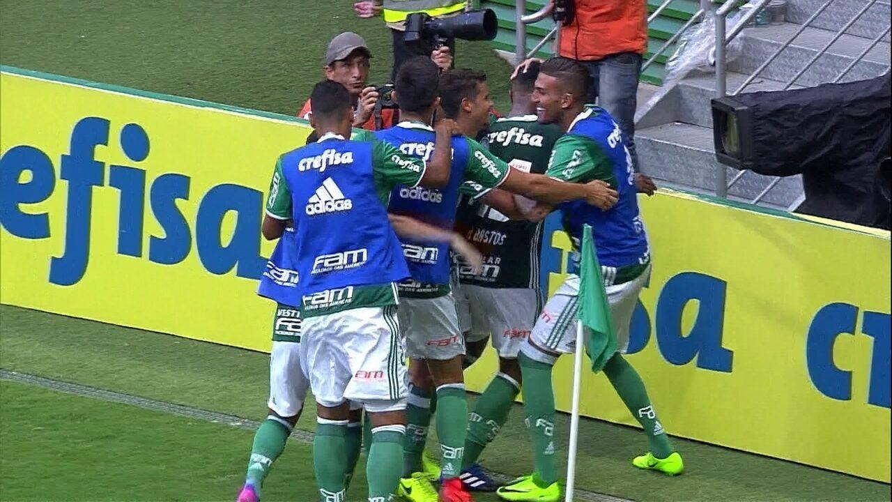 Gol do Palmeiras! Michel Bastos solta a bomba na falta e marca aos 20' do 2º tempo