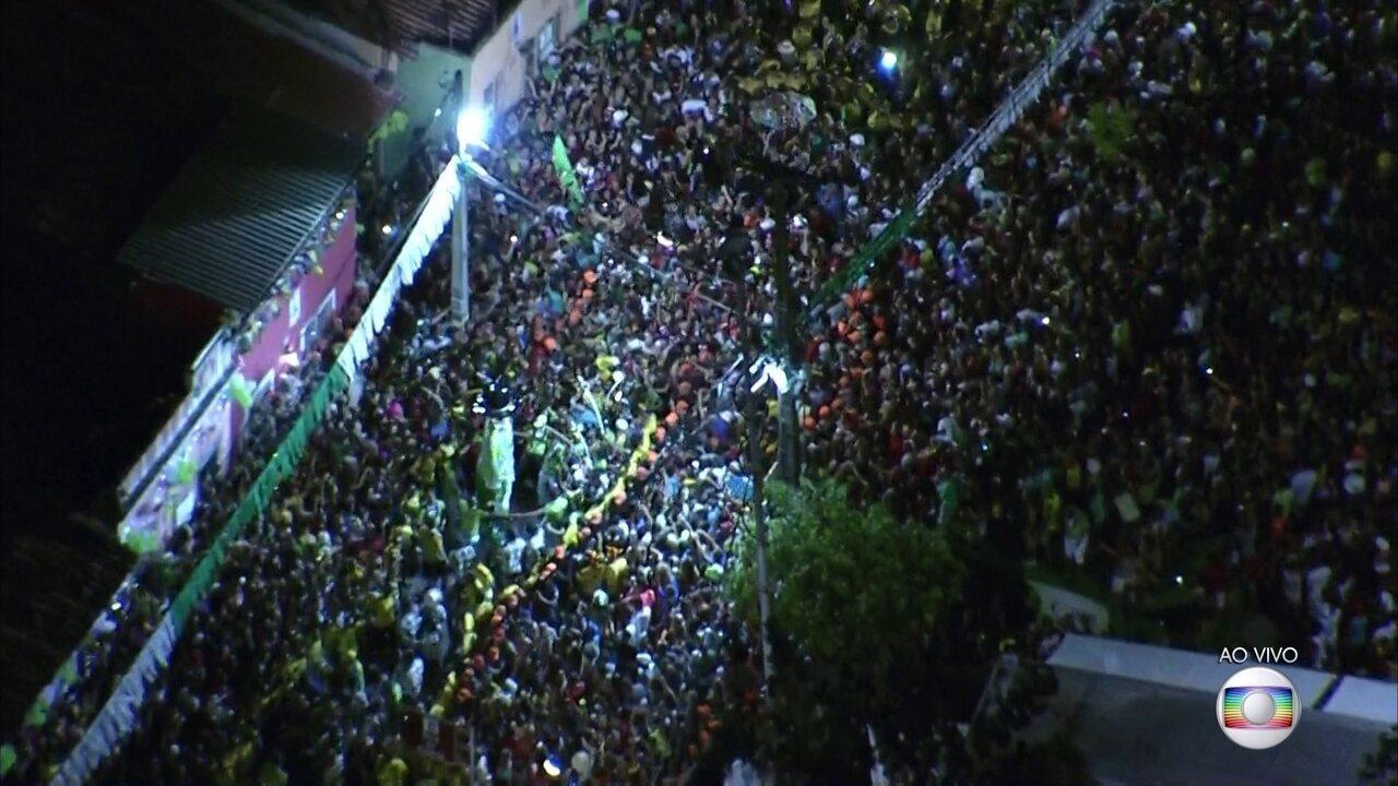 Foliões cantam o Hino do Homem da Meia-noite durante desfile do calunga em Olinda