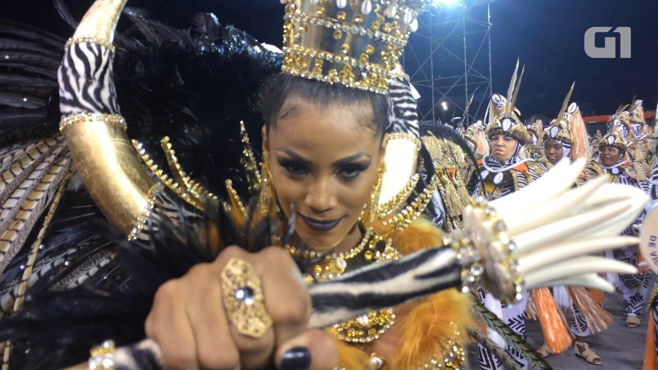 Confira o samba no pé da rainha da Nenê em câmera lenta