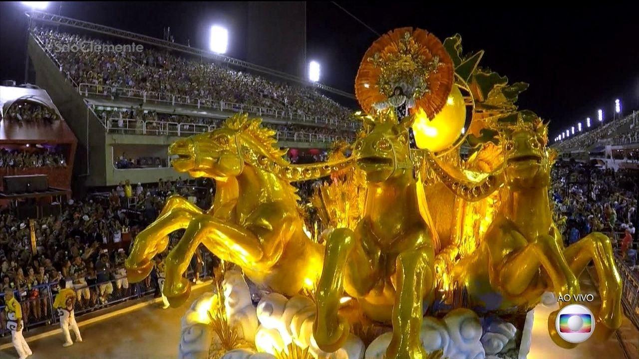 Artistas representam Luis XIV como Apolo no abre-alas da São Clemente