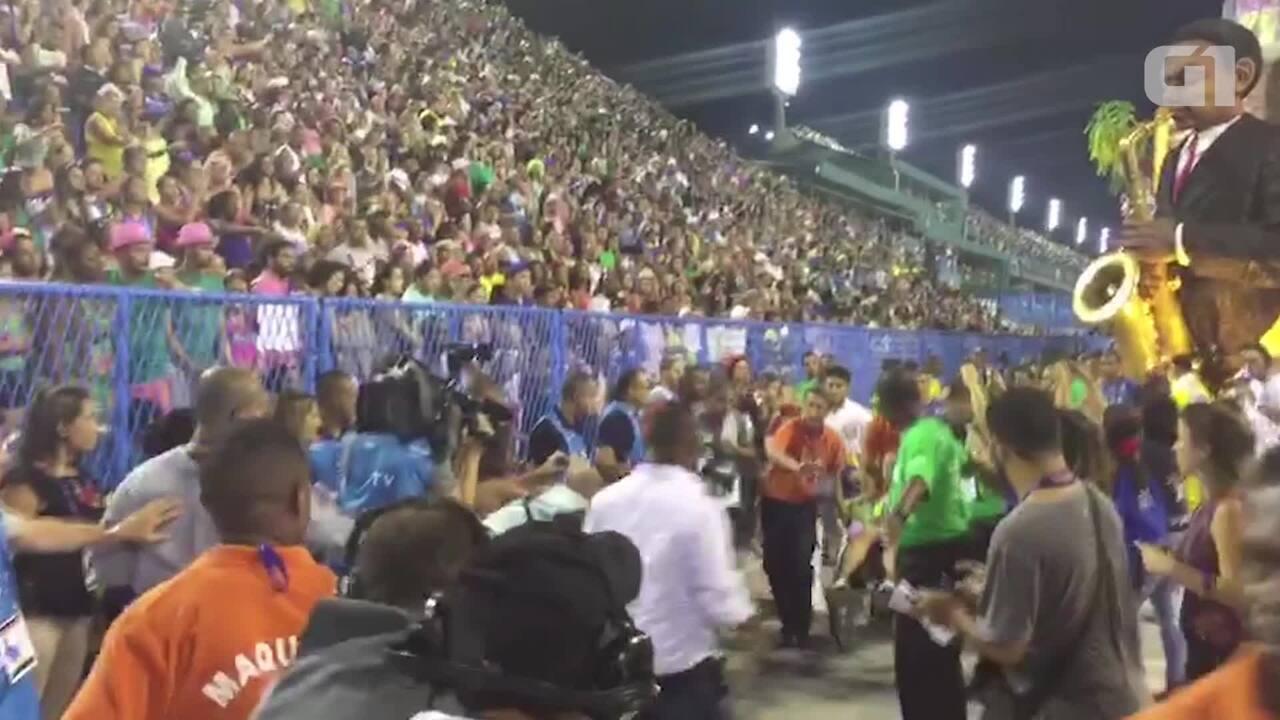 Pessoas são socorridas após queda do teto do carro alegórico da Unidos da Tijuca