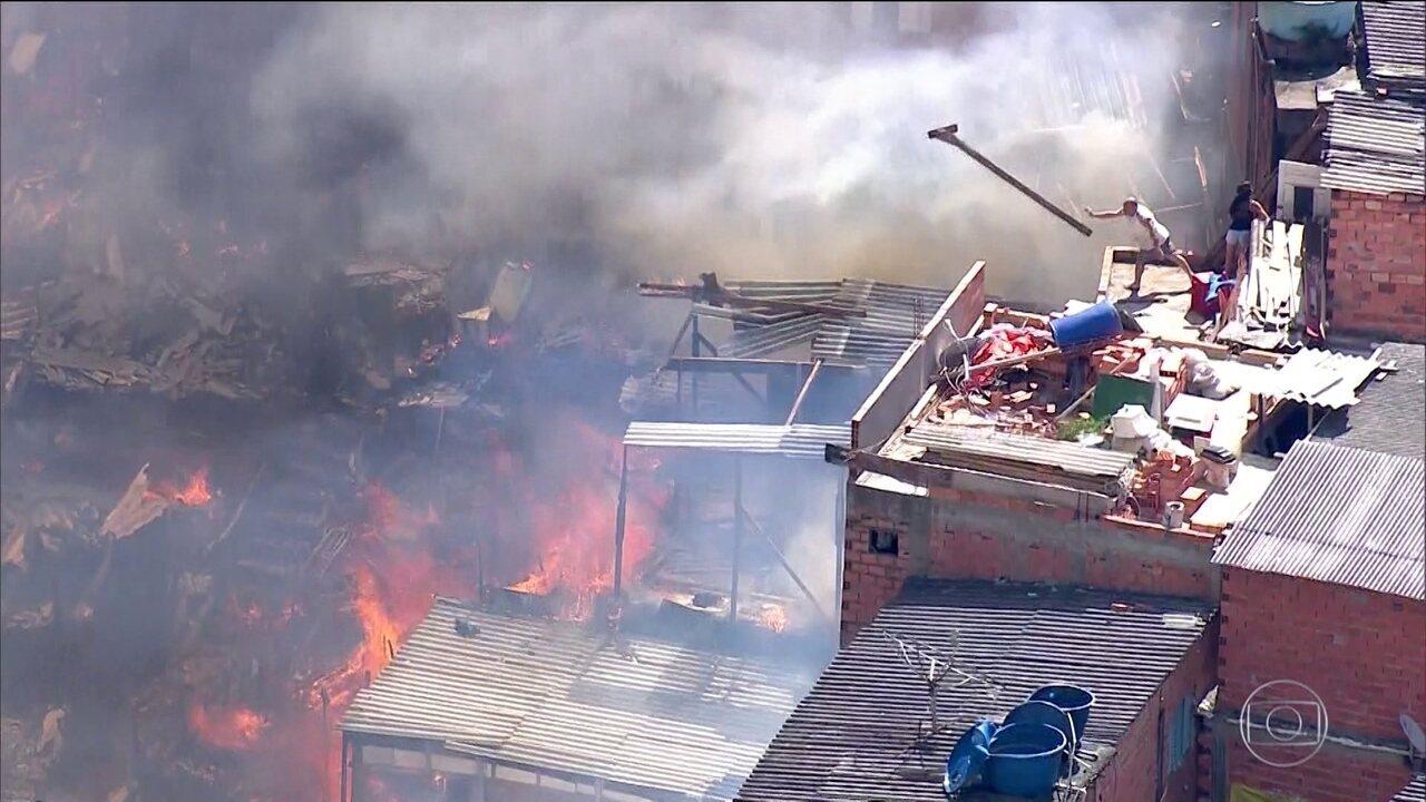 Incêndio destrói pelo menos 50 casas em Paraisópolis, na zona sul da capital