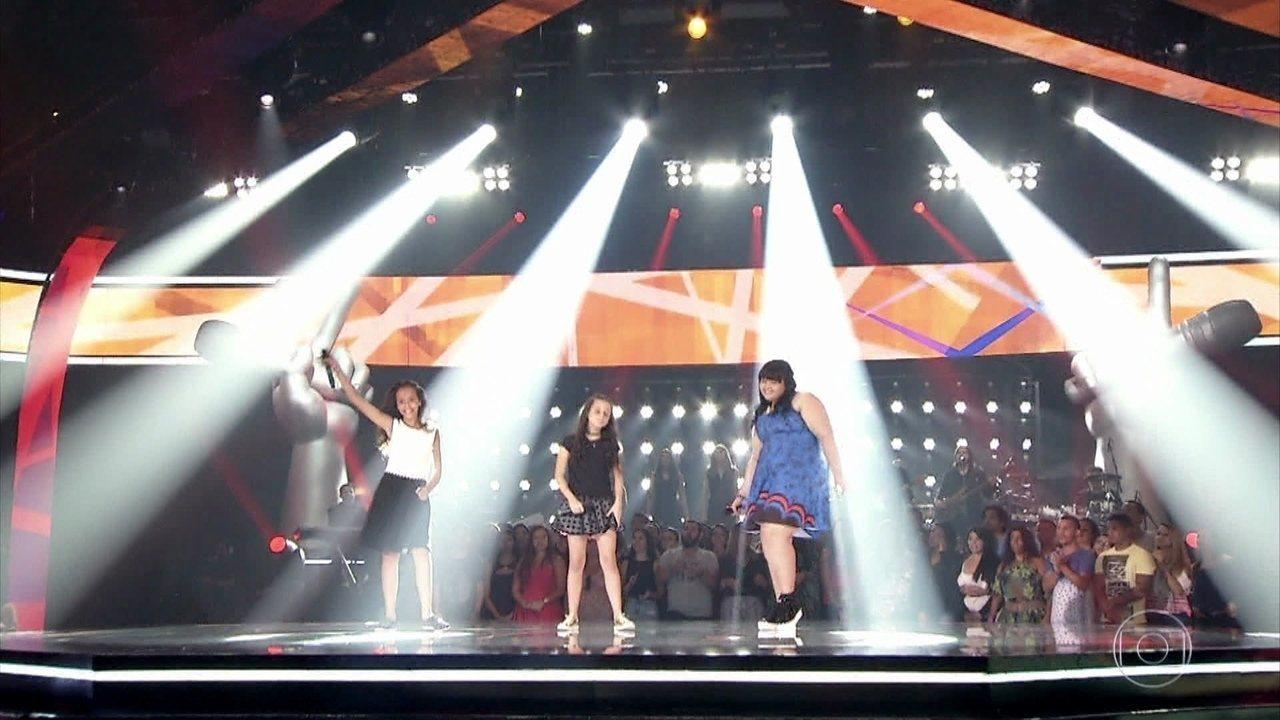 Amanda Lampert, Emellyn Syang e Valentina Francisco cantam 'Esse tal de Roque Enrow'