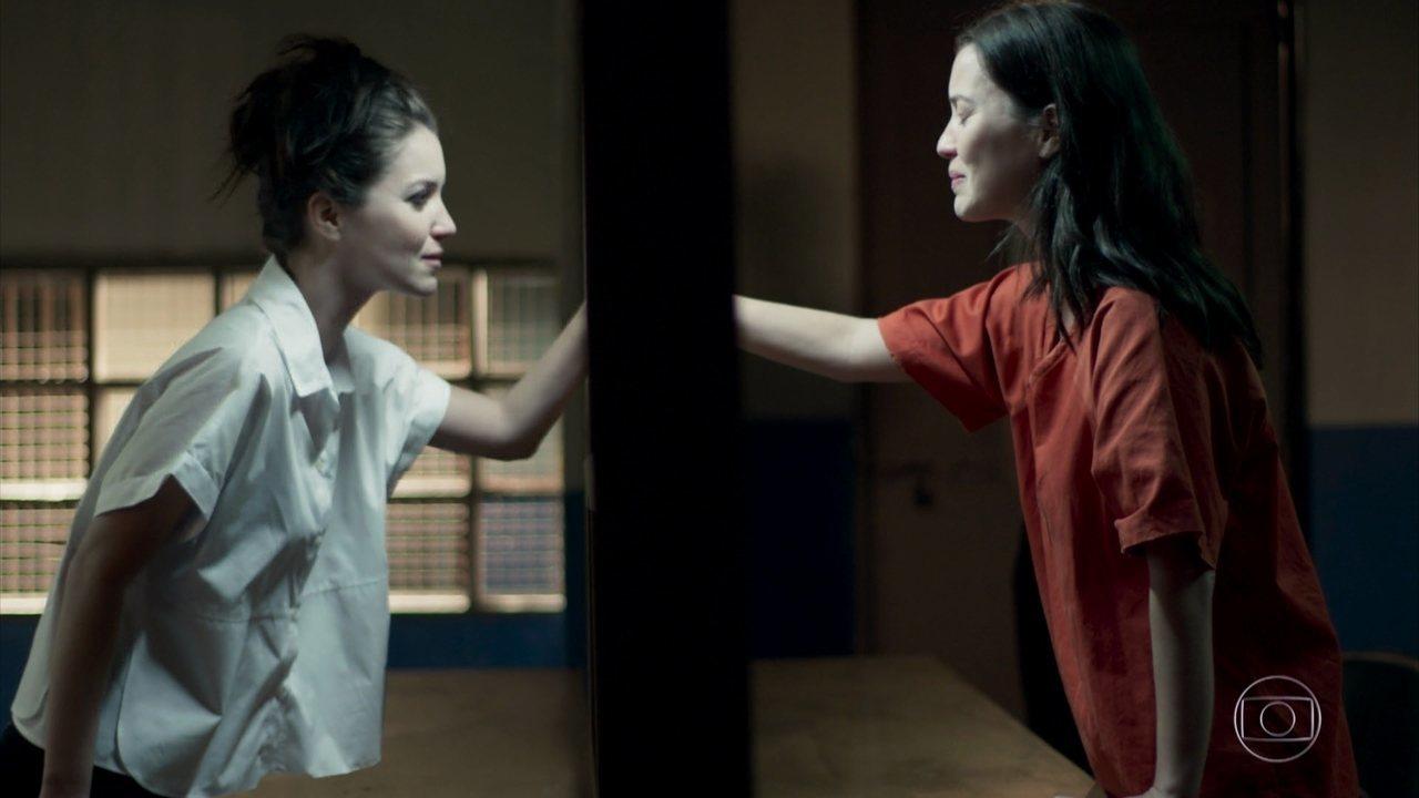 Júlia fica emocionada ao receber a visita de Lorena na prisão
