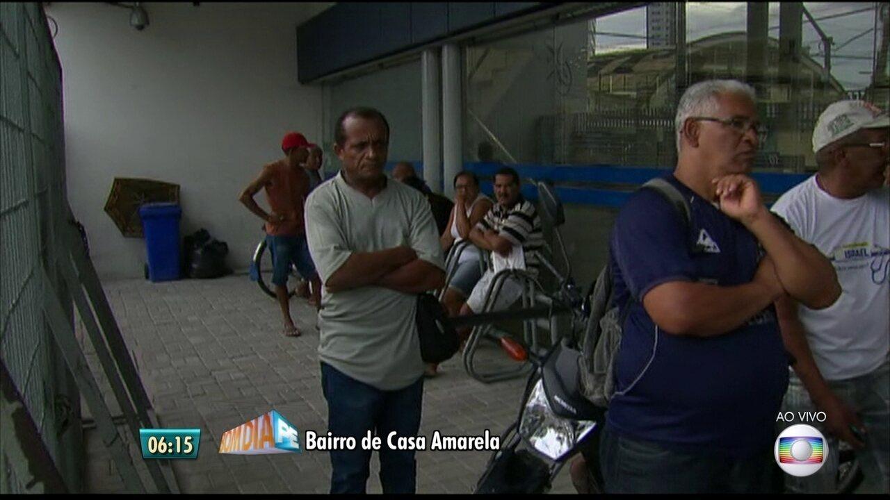 Primeiro dia de saque de contas inativas do FGTS começa com fila no Recife