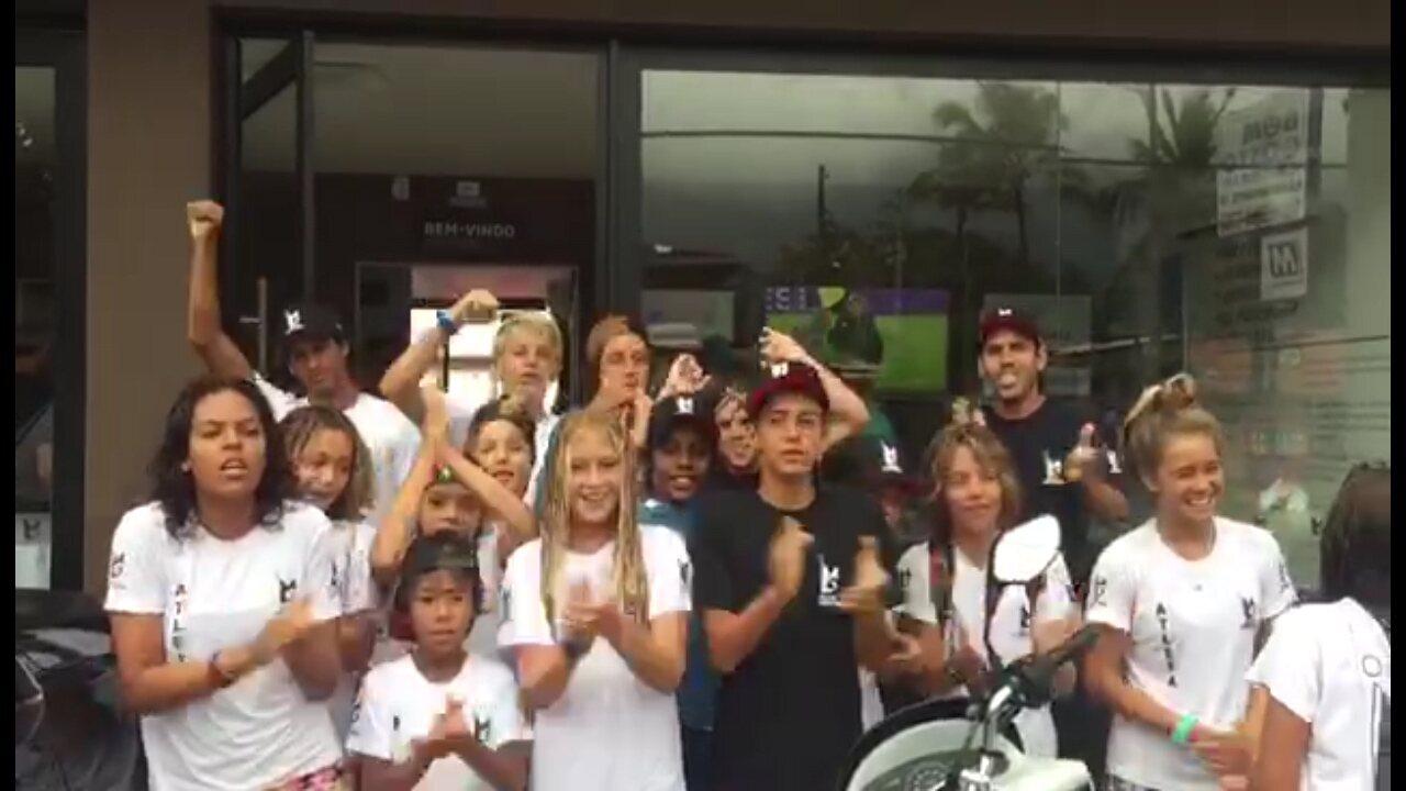 Mãe e irmã de Gabriel Medina se unem a crianças do Instituto Medina pretar apoio ao surfista na Gold Coast