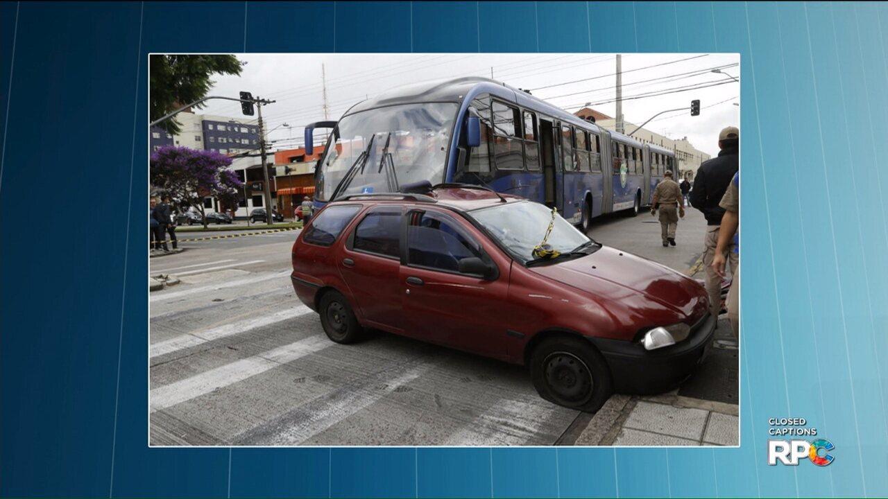 Acidente com ônibus e carro deixa 11 pessoas feridas