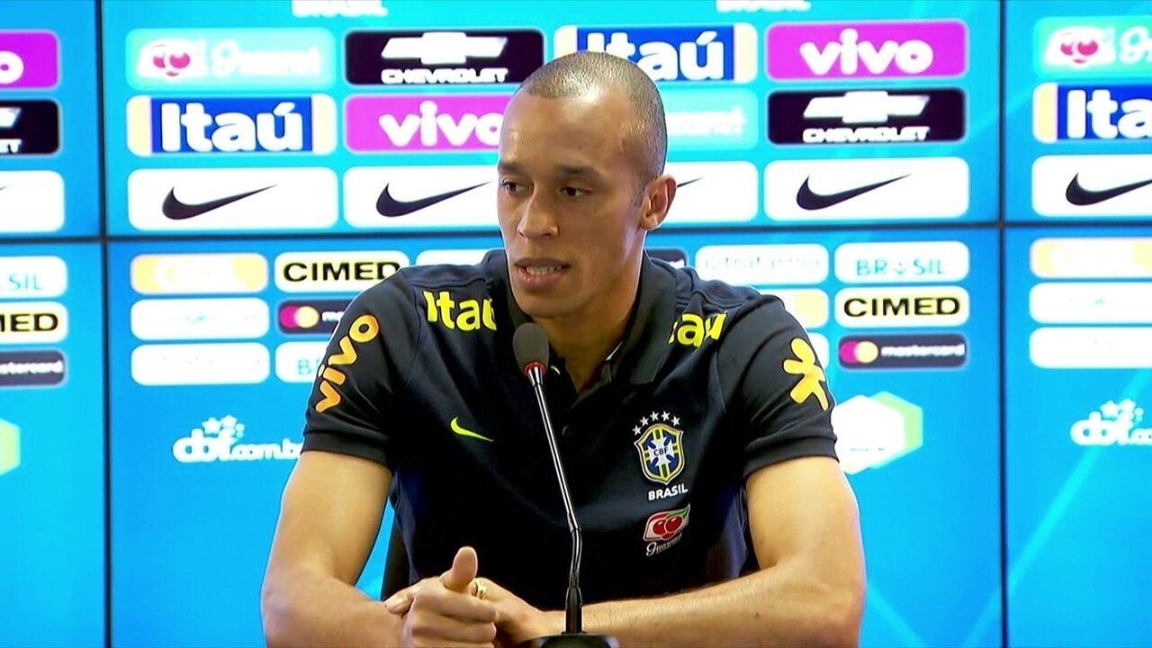 Miranda fala sobre enfrentar Cavani e ausência de Luis Suárez: